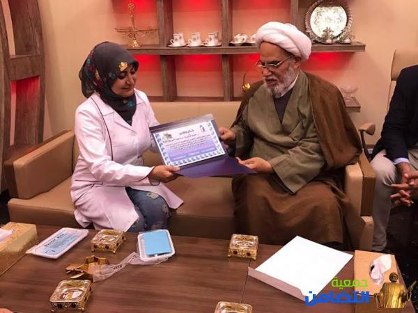 الشيخ محمد مهدي الناصري يكرّم الدكتورة ساجدة الجبوري ويثمّن موقفها الداعم للأيتام