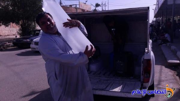 بالصور ::[معــلم] يقوم بتوزيع قوالب الثلج والمـاءعلى الطلبة الذين يؤدون الامتحانات الوزارية مجاناَ