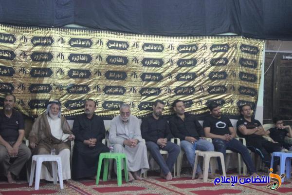 الموالون من أهالي الناصرية : يحيون صبيحة يوم العاشر من محرم الحرام بقراءة المقتل بجامع الشيخ عباس الكبير (مصور)