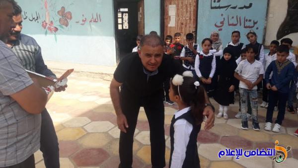 كفلاء الأيتام يشاركونهم يومهم الدراسي الأول في مبرات التضامن للأيتام - مصور-