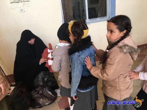 معلمة متقاعدة تتبرع بملابس لتلاميذها في مبرة التضامن الأولى للأيتام