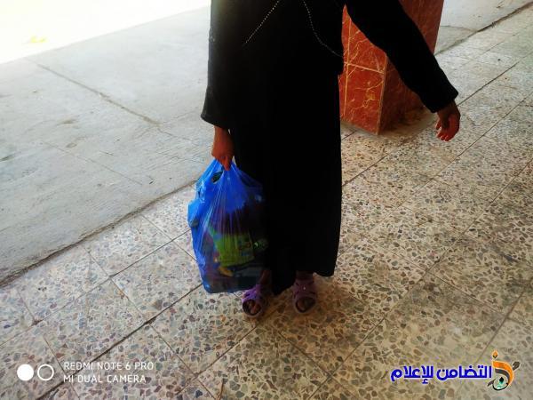 مع مراسم زيارة أربعينية الإمام الحسين(ع) ... مكتب مبرات التضامن يوزع السلات الغذائية على عوائل الأيتام في قضاء الإصلاح