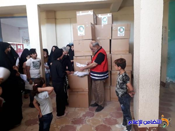 مبرة التضامن الأولى في الناصرية وبالتنسيق مع هيئة الهلال الأحمر توزع الملابس لكل عائلة من الأيتام