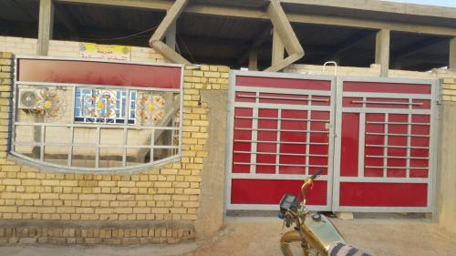 إدارة مدرسة التضامن السادسة الابتدائية للايتام في الشطرة : تكمل الأبواب والشبابيك للسياج الخارجي للمبرة