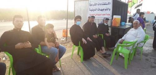أساتذة وطلبة مدرسة العلوم الدينية في الناصرية يقدمون الإرشادات الدينية لزوار الأربعين الحسيني